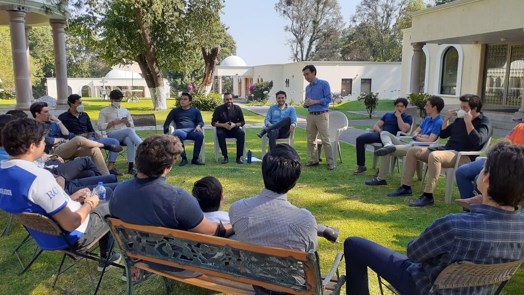 Colaboradores durante un testimonio